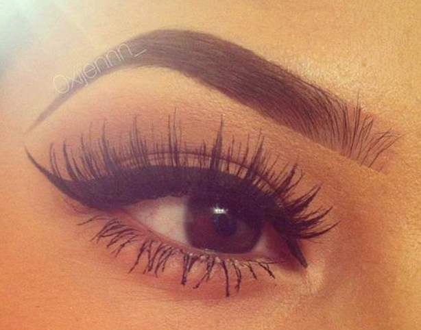 Makeup Trend Bold Eyebrows